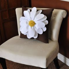 DIY Daisy Pillow -- Mom and I once saw one similar at a store for a ridiculous amount of money. I can sew throw pillows in my sleep! Brown Pillows, Cute Pillows, Diy Pillows, Decorative Pillows, Cushions, Felt Flowers, Fabric Flowers, Fabric Crafts, Sewing Crafts