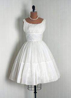 A lovely WHITE vintage dress. <3