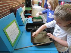 Leuk om als zelfstandige activiteit aan te bieden in het thema vormen. De kleuters moeten de vormen tekenen in het zand met een stok of met iets anders.