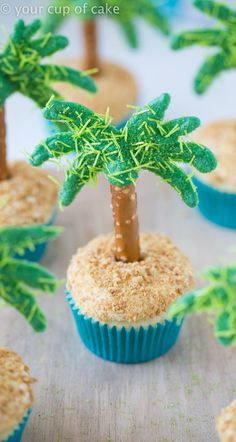 Cute Palm Tree Cupcakes for a show stopper dessert this summer!