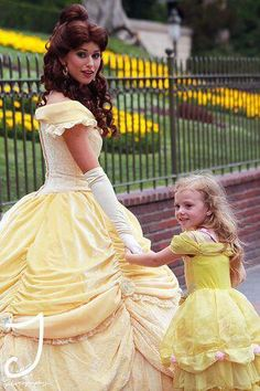 Little girl meets Belle at Disney - This is so cute! Disney Theme, Cute Disney, Disney Girls, Disney Belle, Disney Cosplay, Disney Costumes, Belle Cosplay, Princess Costumes, Walt Disney World
