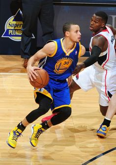 Stephen Curry #30 of the Golden State Warriors drives against the Atlanta Hawks