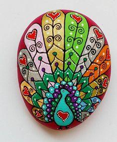 handgemalte Pfau auf dekorativem Stein