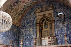 The blue-tiled entryway into the medieval town of Óbidos, Portugal  | Wanderlusting 4 Life #Óbidos #Portugal #azueljos #bluetiles #Christmas
