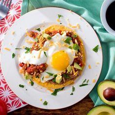 Les huevos rancheros, ou «œufs façon ranch», constituent un plat mexicain classique du déjeuner. Des œufs sur le plat reposent sur un lit de haricots frits, de crème sure et de salsa, le tout servi sur une tortilla bien chaude. Pour une touche de piquant, ajoutez-y un soupçon de votre sauce piquante favorite.