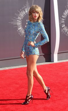 Taylor Swift on the Red Carpet Awards night in a short jump suit. Taylor Swift Outfits, Taylor Swift Hot, Estilo Taylor Swift, Long Live Taylor Swift, Taylor Swift Style, Taylor Swift Pictures, Red Taylor, Great Legs, Sexy Hot Girls