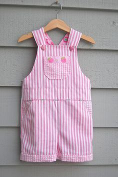 Sewing Clothes Make It: Little Girl's Overalls - Free Pattern Baby Clothes Patterns, Kids Patterns, Clothing Patterns, Toddler Dress, Toddler Outfits, Kids Outfits, Baby Outfits, Children's Outfits, Girl Toddler