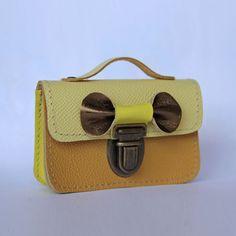 Porte monnaie cuir moutarde ! http://www.papaetmaman.fr/porte-monnaie-porte-carte-en-cuir-moutarde-et-jaune-avec-un-noeud-dore-3540.html #papaetmaman #eshop #boutiqueenligne #cuir #leather #accessoires #femme #noeud