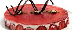 Koldskålskage. Kathrine Velin Hansens koldskålskage er pyntet med overskårne blåbær, hakkede pistaciekerner og chokolade. Men det er ikke et must - der er frit slag for pyntekreativiteten, siger hun. Foto: JACOB EHRBAHN
