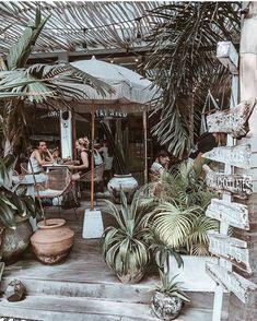 List of the best known restaurants in Bali. The most photogenic restaurants and cafes in Bali, including Bikini, Nalu Bowls, … Restaurant En Plein Air, Bali Restaurant, Outdoor Restaurant, Beach Restaurant Design, Organic Restaurant, Outdoor Cafe, Ubud, Nalu Bowls, Bali Honeymoon