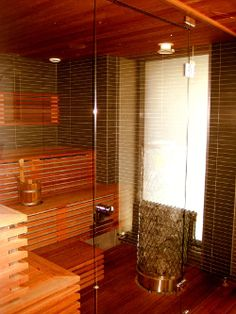 Lasina Saunan Lasiseinä. Malli: Palace ylälasilla, oikeakätinen. Säätöjalat, krominuppi, keskittävät ja säädettävät lasi-lasi saranat.