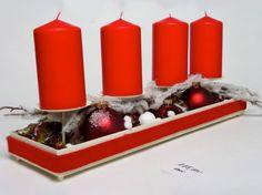 Flache Schale: Vier Kerzen umrahmt von Kugeln, Wattebällchen, Zweigen und Deko-Kette, Florale Welten, ca. 129 Euro