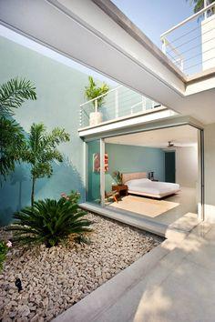 Casa 56 / H Ponce arquitectos  la jardinera interior, el cancel, la trabe superior