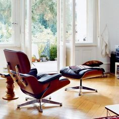 The Lounge Chair is one of the most famous designs by Charles and Ray Eames. Created in 1956 it is now an icon in the history of modern furniture. Since the Eames Lounge Chair has combin Vitra Lounge Chair, Ikea Lounge, Lounge Chair Design, Pool Lounge, Outdoor Lounge, Ottoman Design, Lounges, Classic Furniture, Contemporary Furniture
