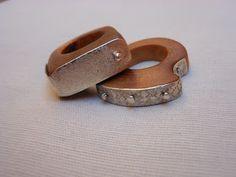 Artigianando...: anelli in legno di ginepro con placche d'argento inciso e rivettato