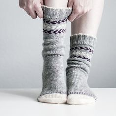 Ravelry: Snowy Toes pattern by Trin-Annelie Knitted Slippers, Wool Socks, Knit Mittens, Knitting Socks, Hand Knitting, Fun Socks, Knitting Machine, Vintage Knitting, Loom Knitting Patterns