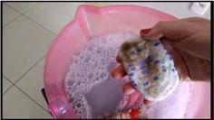 Dissolva em um balde grande de água quente (pode ser água do chuveiro)  1 xícara de álcool liquido comum  2 medidas de alvejante sem cloro em pó  80 gr de sabão em pó ou 2 tampinhas de sabão liquido  Agite bem para dissolver tudo  Coloque as roupas de molho por 6 horas  Depois despeje tudo na maquina e ligue para lavar normalmente. Acrescente + sabão e o amaciante, como se você fosse lavar a roupa suja.