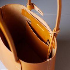 小さなトートバッグ、ようやく完成 今日も引き続きMさんの小さなトートバッグ弐型をつくりました。いよいよ側面縫いをして、マチ縫い、仕上げです。 右左で合計4本の直線縫いです。狭いですがひと目づつ縫っていきます。縫っている間