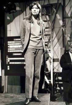 1960 — Françoise Hardy: Her Take on Menswear 💠 So chic! She was ahead of her time, working the menswear trend w/ a wool pantsuit that she casually teamed w/ a sweater Jean Shrimpton, Francoise Hardy, Julie Christie, Jane Birkin, Twiggy, Fashion Bubbles, Sixties Fashion, Star Fashion, Fashion Trends