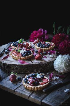Tartaletas de almendra y frutos rojos.