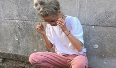 Check out these white tee outfit ideas for the summer season! From dressy to casual to comfy, we have you covered! Basic t-shits do not have to give you a basic look. That's why we've gathered tips, tricks and t-shirt inspiration.