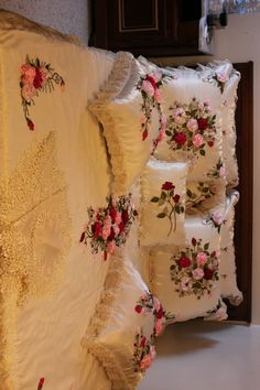 Wonderful Ribbon Embroidery Flowers by Hand Ideas. Enchanting Ribbon Embroidery Flowers by Hand Ideas. Ribon Embroidery, Cushion Embroidery, Ribbon Embroidery Tutorial, Hand Embroidery Dress, Hand Embroidery Patterns, Ribbon Art, Diy Ribbon, Bed Cover Design, Floral Bedspread