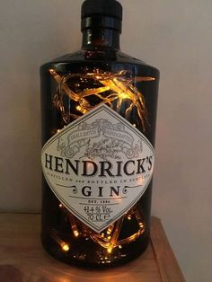 Warum kaufen Moon Leuchten Lampen? Wenn Sie Premium-Spirituosen, dann unsere Hendrick lieben ® Flasche Lampe ist perfekt für Sie. Die grüne getönte Flasche gibt es ab einer erstaunlich subtil Leuchten um jeden Raum! Mit dem Zusatz von Rose & Gurke pflanzlichen Stoffen hebt sich Hendricks Gin wirklich raus! Diese 700ml-Flasche ist mit 40-low-Voltage-Netzbetrieb-LED-Leuchten ausgestattet. Prämie Flasche Lampen sind sauber und professionell fertig und sehen fantastisch überall, das sie sitz...