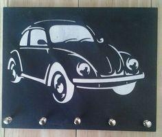 Feito em mdf de 6 mm, medindo 20 x 25 cm <br>Decorado com stencil e tinta acrílica preto e branco, com suporte para 5 chaves .