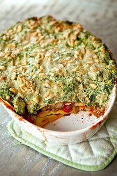 lichtjes-geniale-lasagna-met-5-groenten Wat heb je nodig? 1 aubergine 1 bokaal passata (700 g) 250 (kastanje) champignons (plakjes) 2 teentjes look (fijngehakt) 1 sjalotje (fijngehakt) 4-5 geroosterde paprika's (uit bokaal mag) 250 g ricotta 450 g diepvriesspinazie (zonder smaakjes!!!!) 25 g pijnboompitjes 50 g parmezaan 2-3 tl oregano 8-10 lasagnevellen (versvak) peper en zout olijfolie