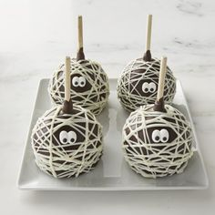 These Mummy Chocolate Candy Apples at Williams Sonoma are so adorable for Halloween! Chocolat Halloween, Halloween Candy Apples, Halloween Themed Food, Dessert Halloween, Halloween Goodies, Halloween Food For Party, Halloween Treats, Halloween Pretzels, Halloween Bingo