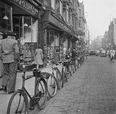 Grafton St, 1946 - Fadó Fadó: Irish Memory: Old Dublin Photographs Old Pictures, Old Photos, Vintage Photos, Essex Street, Dublin Street, Grafton Street, Images Of Ireland, Ireland Homes, Dublin City