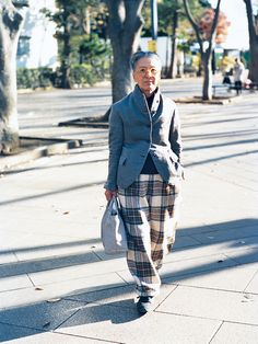 GINZA セルフコーディネート2018  スタイリスト 北村道子 michiko kitamura Jacket: ポール・ハーデン Sweater, Pants: キャラメル Glasses: 白山眼鏡店 Earrings: ミキモト Scarf: プラダ(メンズ) Bag: 神保町で購入 Shoes: MBT