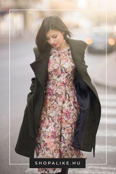Bár a virágmintát általában tipikus tavaszi mintának tartjuk, idén ősszel nem kell a szekrény mélyére száműznöd a virágos ruháidat. Különösen divatosnak számítanak a sötétebb, például lila, fekete, szürke vagy bordó hátterű virágminták. De természetesen a pasztellekről sem kell lemondanod. A lényeg, hogy vadóc stílusú darabokkal kombináld őket, például egy katonai kabáttal vagy egy bőrdzsekivel, és hozzá bakanccsal. #divattipp #virágminta #outfit #őszidivat #virágosruhák Parka, Raincoat, High Neck Dress, Jackets, Dresses, Fashion, Rain Jacket, Turtleneck Dress, Down Jackets
