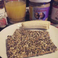 Das Frühstück bei Fraujupiter besteht ja oft aus Broten und tollen Belägen. Diesmal gab es Knäckebrot mit Cashewmus und Erdbeermarmelade bzw. Nussmus Dessert von Rapunzel und Banane. Lecker!