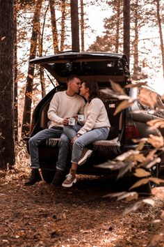 Couple Photoshoot Poses, Couple Photography Poses, Autumn Photography, Couple Portraits, Couple Shoot, Fall Pictures, Cute Couple Pictures, Fall Photos, Picture Poses