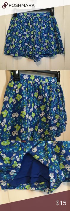 NEW Floral Hollister Shorts Never worn! They are size extra small! Very soft and they do have a stretchy waistband! Let me know if you have any questions and feel free to make an offer Hollister Shorts
