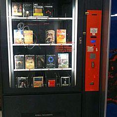 Elsa Carloni nous écrit...            Bonjour,  Vu dans le métro à Milan.  Un distributeur de livres!            ...