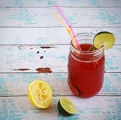 Verleng de zomer nog even met deze heerlijke homemade limonade. Frambozenlimonade met munt en limoen, heerlijk verfrissend, lekker en ontzettend makkelijk te maken!
