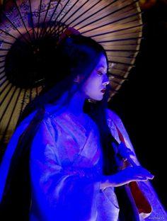 """Al tempio c'è una poesia intitolata """"la mancanza"""", incisa nella pietra. Ci sono tre parole, ma il poeta le ha cancellate. Non si può leggere la mancanza: solo avvertirla. (Memorie di una geisha)"""