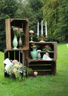 Alte Weinkisten für deine Vintage-Hochzeit mit Mint-farbenen Vasen und Kerzenständern #weddstyle