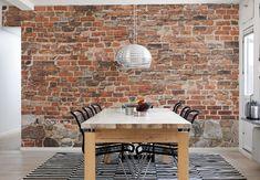 Åren tar ut sin rätt, en sliten tegelvägg har skapat sitt eget mönster med färgskiftningar och stenar som inte ligger perfekt vilket ger en unik tapet i all sin enkelhet.