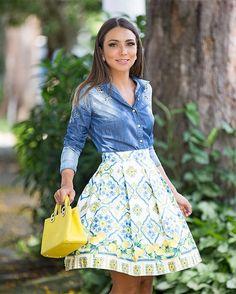 Estampa mais linda da nova coleção da @jeandarrot  Amoooo esse Mix do limão com azul. Sem fala como veste bem! Fica super princesa. E a camisa jeans com detalhes bordados?