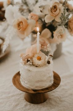 Positively dreaming over this Sweet Vintage Birthday Party by Stefanie Makol of Witty Bash! Filled with soft hues and precious detail, this celebration showcases vintage, quite well! So crawl… Vintage First Birthday, Baby Girl 1st Birthday, First Birthday Cakes, Simple First Birthday, Rustic Birthday Parties, Tea Party Birthday, 1 Year Birthday Party Ideas, Elegant Birthday Party, Diy Birthday