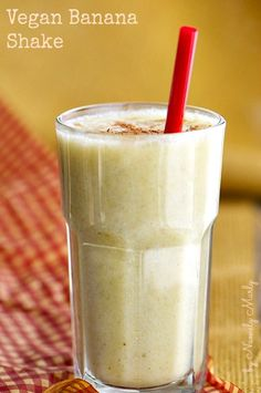 You'll love this creamy vegan, healthy banana shake recipe. Enjoy this healthy, tasty shake! Vegan Smoothies, Juice Smoothie, Smoothie Drinks, Milkshake Recipes, Smoothie Recipes, Banana Milkshake, Yummy Drinks, Healthy Drinks, Yummy Food