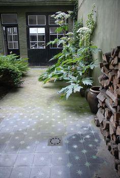 Aussi à l'aise en extérieur, les carreaux de ciment s'invitent sur votre terrasse ou habillent votre cour intérieure. Notre conseil ? Prévoir d'appliquer un traitement spécifique au préalable, pour optimiser la durée de vie du matériau (Emery & cie).