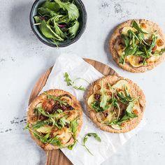 Små pizzaer med mozzarella og ruccola