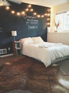 Pinta una pared de negro en la que puedas escribir como pizarrón, y súmale unas luces. Con esto no necesitarás más decoración. | 16 Geniales ideas para decorar tu habitación con pequeñas lucecitas