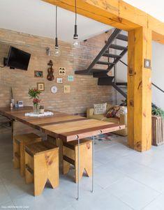 Tijolinho, marcenaria rústica e móveis garimpados fazem dessa casa um lugar cheio de histórias. Veja a casa completa em www.historiasdecasa.com.br #todacasatemumahistoria #tijolinho #decoração