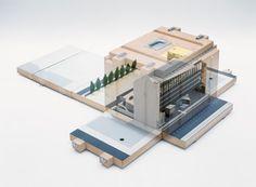Die über alle Etagen des Museums reichende Ausstellung zeigt, auf welche Weise Architekten seit etwa 1920 mit Architekturmodellen gearbeitet haben – und was die neuesten Entwicklungen sind. Auf der Basis intensiver Forschungsarbeit, die durch den Kulturfonds Frankfurt RheinMain ermöglicht wurde, werden Architekturmodelle in ein neues Li