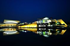 위아래가 아닌 좌우로 길게 뻗은 야경의 색다른 매력, 대전 문화예술의전당